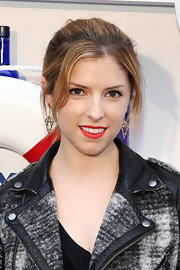 Anna Kendrick dolled up her look with a pair of dangling gold earrings.