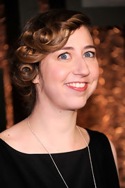 Kristen Schaal attended the Comedy Awards wearing a short curly style.