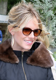 Sienna Miller finished off her look with a pair of classic tortoiseshell sunnies.