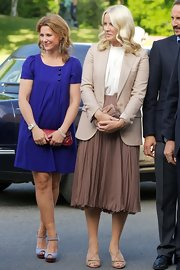 Princess Mette-Marit styled her outfit with a pair of strappy beige sandals.