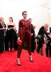 Kristen Stewart finished off her ensemble with a gold clutch by Stella McCartney.