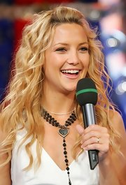 Kate Hudson jazzed up her outfit with a beaded lariat necklace.