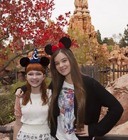 Hailee Steinfeld put on a Minnie Mouse headband for her visit to Disneyland.