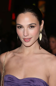Gal Gadot dolled up her look with a pair of textured gold earrings.