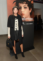 Giovanna Battaglia complemented her outfit with a vintage-chic black single-strap tote.