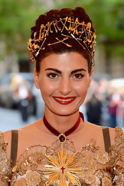 Giovanna Battaglia added a touch of red to her golden attire with a lovely gemstone choker.