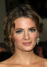 Stana Katic went for a radiant beauty look with shimmery blue eyeshadow.