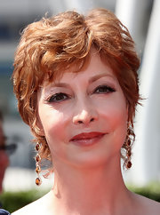 Sharon Lawrence opted for a layered razor cut when she attended the 2009 Creative Arts Emmy Awards.