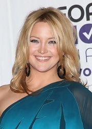 Kate Hudson paired her 'do with black hoop earrings.