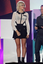 Pixie Lott attended the BBC Radio 1 Teen Awards wearing an adorable white blouse with a contrasting scalloped black collar from her collaboration with Lipsy.