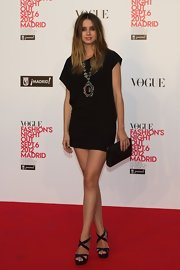 Ana de Armas paired her dress with a sparkling black envelope clutch.