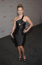Reese Witherspoon perfectly accessorized her asymmetric cutout dress with a matching black satin clutch.