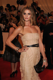 A black double belt added a hint of edge to Rosie Huntington-Whiteley's girly dress at the Met Gala.