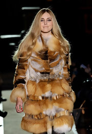 Chiara Ferragni's silver belt and fur coat combo at the Alberta Ferretti runway show looked really luxurious and glam!
