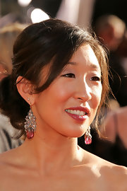 Sandra Oh amped up the glam factor with a pair of gemstone drop earrings.