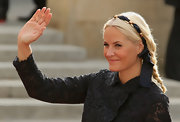 Princess Mette-Marit finished off her 'do with a black and gold headband.