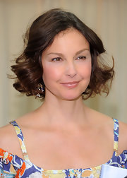 Ashley Judd looked oh-so-pretty with her curly bob during her book signing.