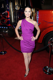 This one-shoulder purple dressed helped Jaimie Alexander flaunt her enviable curves.