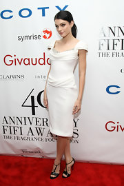 Jessica Stam complemented her beautiful dress with simple black T-strap sandals by Roger Vivier.