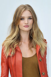 Rosie Huntington-Whiteley looked like a goddess with her gorgeous center-parted wavy 'do at the Burberry fashion show.