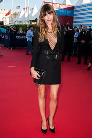 Lou Doillon complemented her outfit with a classic black chain-strap bag by Chanel.