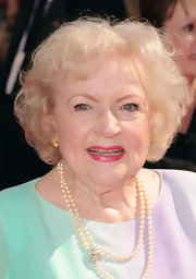 Betty White attended the 2010 Emmy Awards wearing her hair in a curly bob.