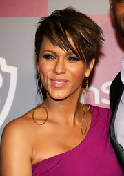 Nicole Ari Parker sported an edgy-chic layered razor cut at the 2011 InStyle/Warner Bros. Golden Globes party.