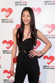 For a pop of color to her black jumpsuit, Liu Wen accessorized with a chic red chain-strap bag.
