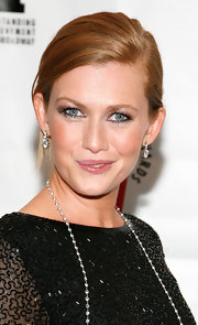 Mireille Enos opted for simple diamond earrings at the 2009 Lucille Lortel Awards.