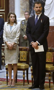 Princess Letizia complemented her stylish outfit with a beige envelope clutch.
