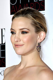 Kate Hudson finished off her look with a pair of chandelier earrings.