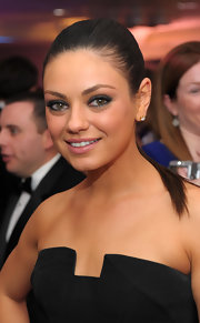 For her beauty look, Mila Kunis went sexy with a super smoky eye.