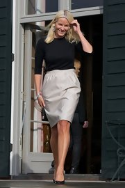 Princess Mette-Marit dressed up her top with an ivory pencil skirt.