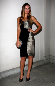 Kasia Smutniak complemented her dress with a pair of black peep-toe pumps.