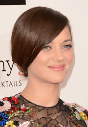 Keeping her beauty look subdued, Marion Cotillard chose a light pink color for her lips.