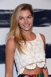 Jessica Hart wore her hair in a casual-chic teased side-parted style during the Alice + Olivia fashion show.