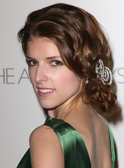 A bedazzled pin added an extra dose of glamour to Anna Kendrick's gorgeous hairstyle.