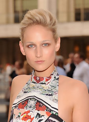 Leelee Sobieski accentuated her eyes with lots of neutral shadow.