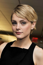 Jessica Stam styled her blonde locks into a neat layered razor cut for the Commissions for Charity event.