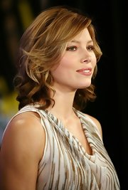 Jessica Biel appeared on 'MTV TRL' wearing bouncy curls and feathery, side-swept bangs.