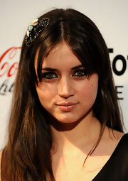 For her beauty look, Ana de Armas teamed a glossy lip with heavily lined eyes.