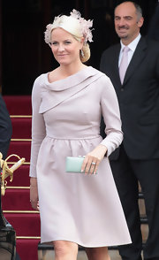 Princess Mette-Marit paired her frock with a mint-green satin clutch.