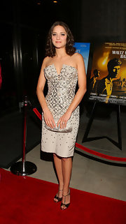 Marion Cotillard matched her frock with an elegant pearl-gray satin clutch.