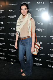 Hilary Rhoda topped off her outfit with a stylish two-tone satchel.