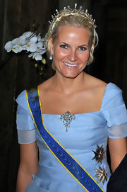 Princess Mette-Marit adorned her dress with a beautiful pearl brooch for the the nuptials of Princess Victoria of Sweden and Daniel Westling.