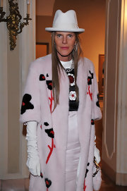 Anna dello Russo added more warmth to her fur coat with a pair of white leather gloves by Dsquared2.