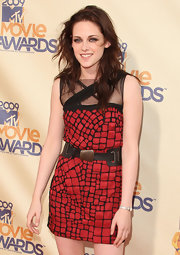 Kristen Stewart gave her dress some shape with a broad black leather belt for the 2009 MTV Movie Awards.