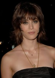 Lizzy Caplan attended the 2006 Environmental Media Awards wearing her hair in a layered razor cut.