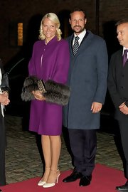 Princess Mette-Marit finished off her outfit with scalloped cream pumps.