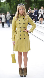Suki Waterhouse chose a yellow leather wristlet to complete her ensemble.